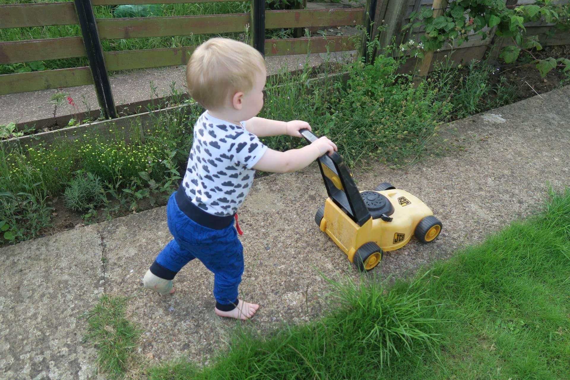 keeping-garden-nice-kids